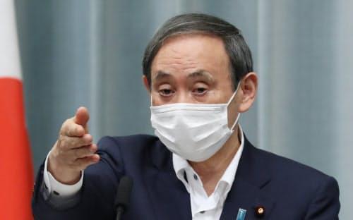 記者会見する菅官房長官(27日午前、首相官邸)