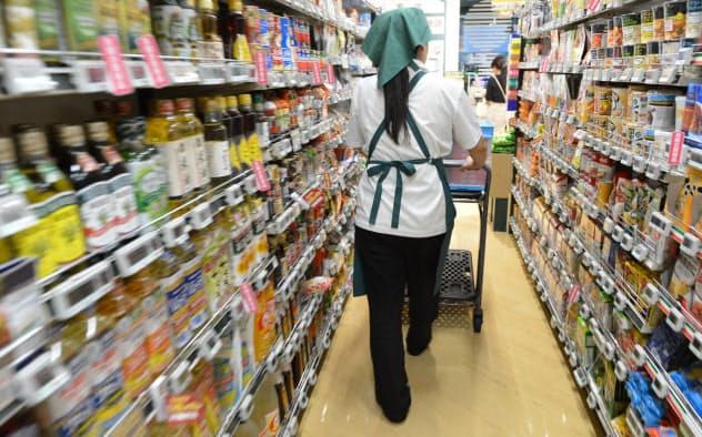 スーパーで働くパート従業員