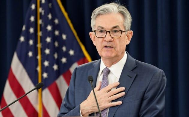 FRBはこの3月、スワップ協定の締結を14カ国の中央銀行に拡大したことで国際金融システムでのドルの利用は今後さらに進むことになりそうだ(写真はパウエルFRB議長)=ロイター