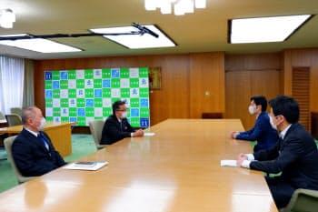 プロ野球開幕について説明する川村社長(中央左、27日、札幌市)