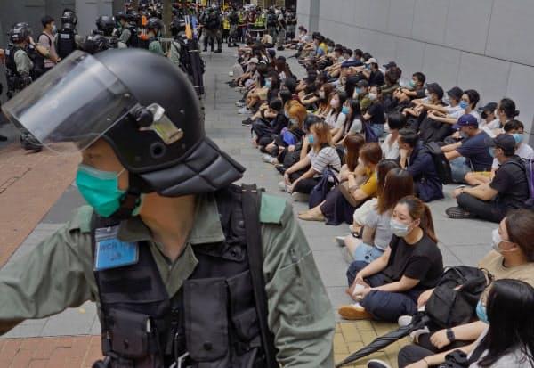 違法集会などの疑いで多くの若者が逮捕された(27日、香港)=AP