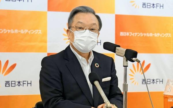決算会見する西日本フィナンシャルホールディングスの谷川浩道社長(12日、福岡市)
