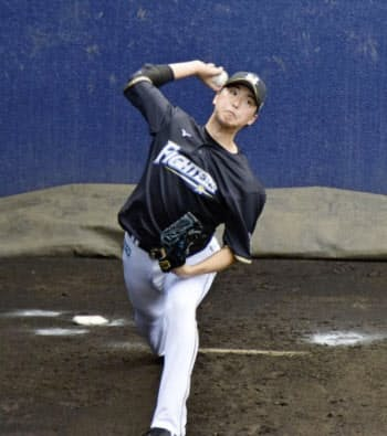 投球練習する日本ハム・石川直(27日、千葉県鎌ケ谷市)=球団提供・共同