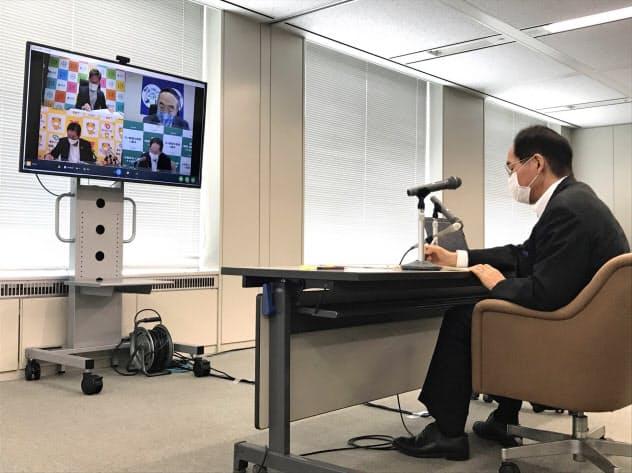 オンラインで行われた4県知事会議に参加する香川県の浜田知事(右)(27日、香川県庁)