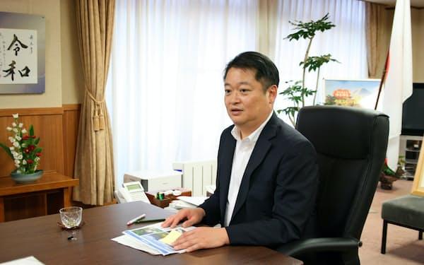長崎知事は「コロナ疎開」の受け入れも検討している(27日、山梨県庁)