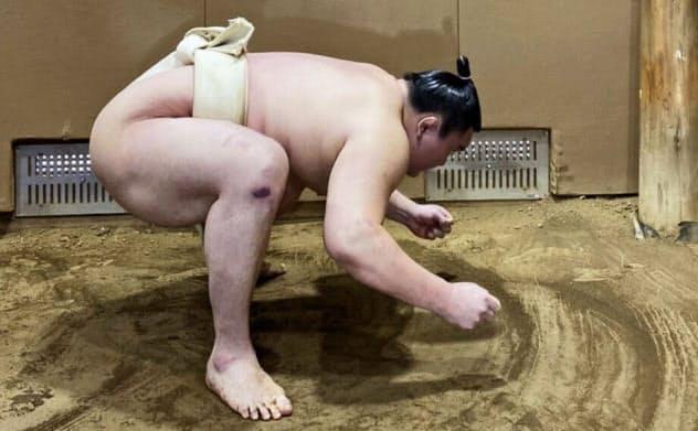稽古する白鵬(東京都墨田区の宮城野部屋)=日本相撲協会提供・共同