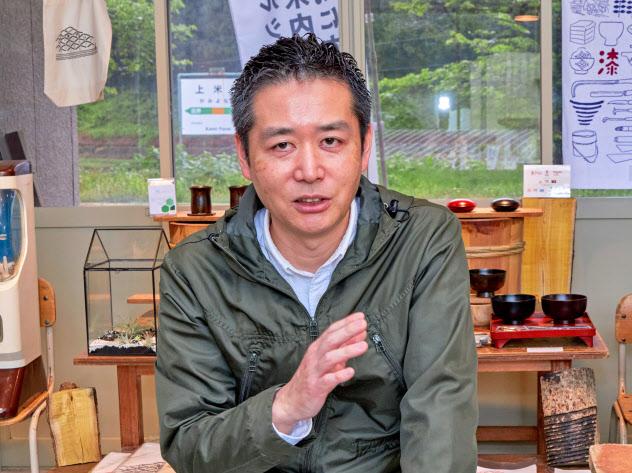 インタビューに応じる浄法寺漆産業の松沢社長