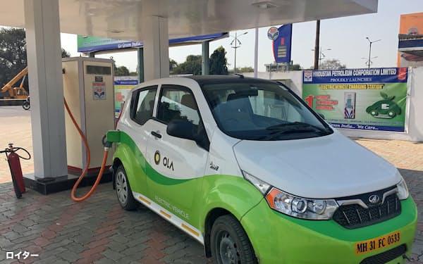 オラの配車サービスで使われている電気自動車(インド西部マハラシュトラ州)=ロイター