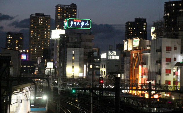 JR鶯谷駅南口の陸橋から見下ろしたラブホテル街(5月24日、東京都台東区根岸)
