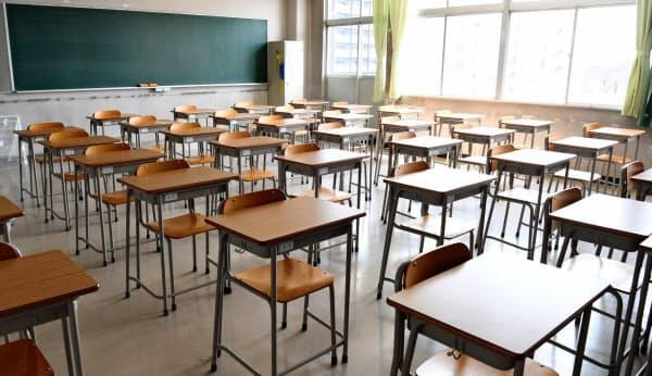 臨時休校でがらんとした都立高校の教室(4月、東京都台東区)
