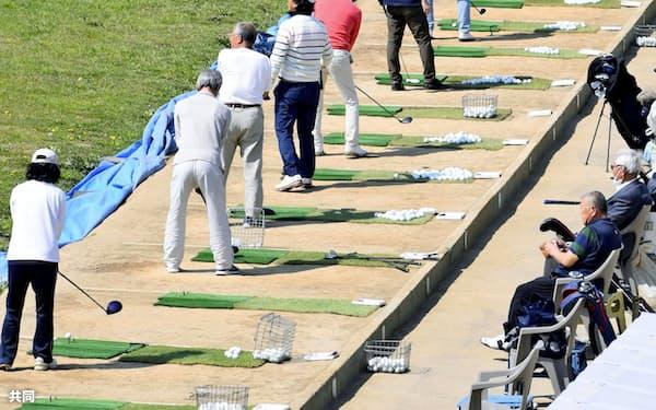 コロナ禍の今、多くのゴルファーは苦心しながらコースや場所を探して練習している(4月、東京多摩川ゴルフ練習場)=共同