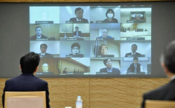 テレビ会議方式で開催された全世代型社会保障検討会議の会合(22日午後、首相官邸)=共同
