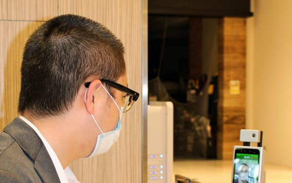 来館者と従業員にAIによる検温を行う