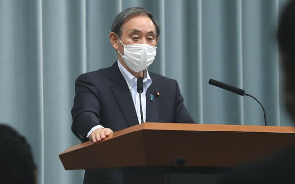 記者会見する菅官房長官(28日、首相官邸)
