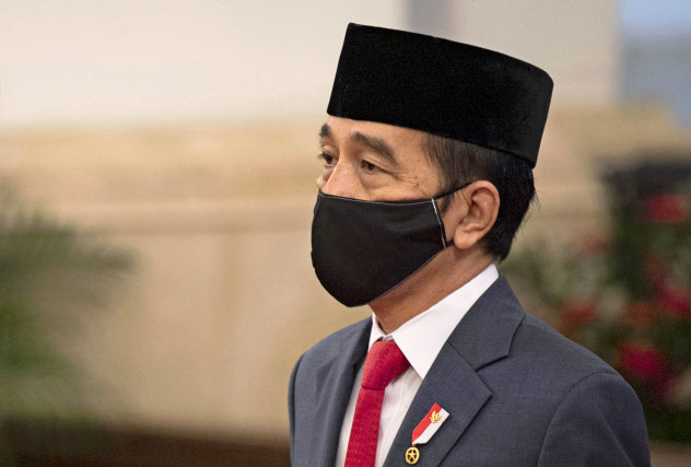 マスクを着用してインドネシア最高裁長官の就任式に臨むジョコ大統領(4月)=AP