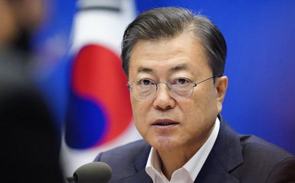 制限を緩めた韓国では集団感染が相次ぎ、制限緩和の基準とした「1日50人」の感染者数を3週間ぶりに上回った(文在寅大統領)=韓国大統領府提供