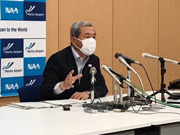 記者会見する成田国際空港会社の田村社長