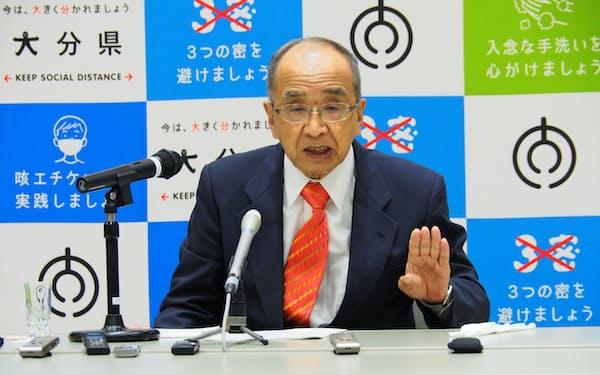 6月補正予算案を発表する大分県の広瀬勝貞知事(28日、県庁)
