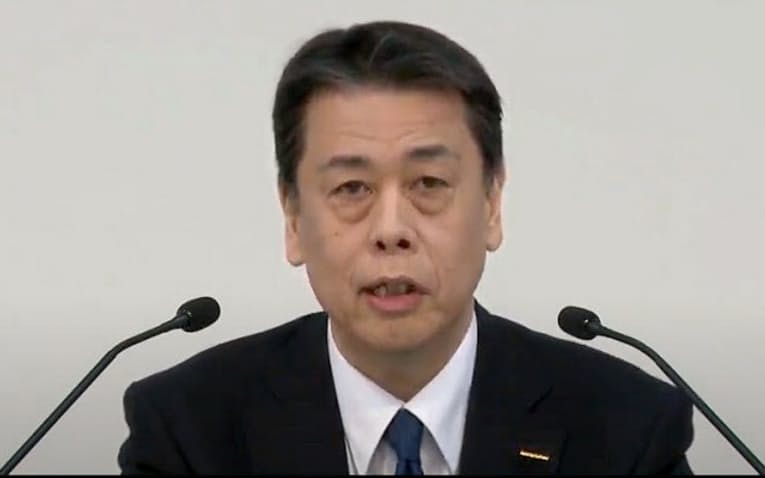 オンラインで記者会見する日産の内田誠社長(28日)