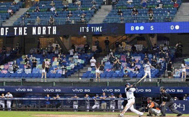 観客を入れて行われている台湾プロ野球=ゲッティ共同