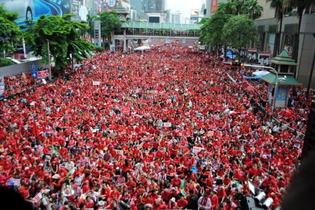 タクシン派のデモ隊は都心部の商業地区を埋め尽くした(2010年4月、バンコクのラチャプラソン地区)