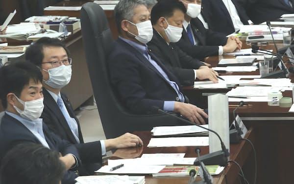 国民投票法を巡り自由討議が行われた衆院憲法審査会。中央は佐藤勉会長(28日)