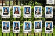 卒業式を開けなかったNY市の学校では卒業生の写真を張り出して送り出した=AP