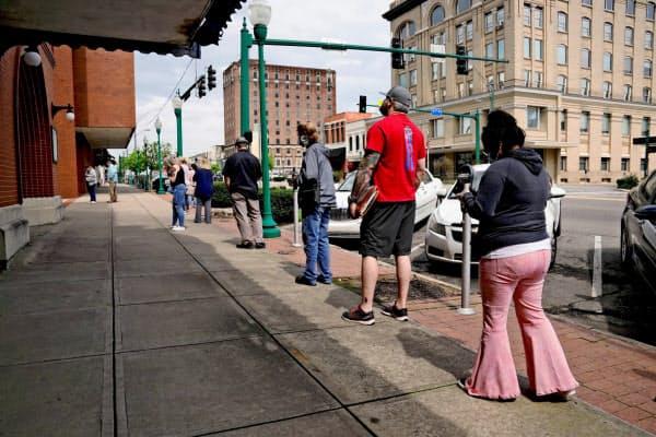 失業保険の手続きに並ぶ失業者(米アーカンソー州)=ロイター