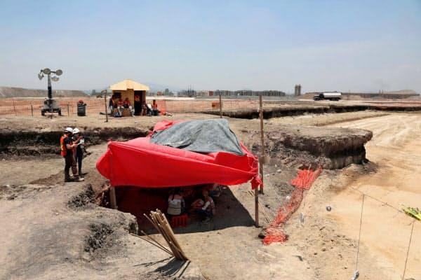 発掘現場は新空港建設予定地にある(26日、メキシコ州スンパンゴ)=ロイター