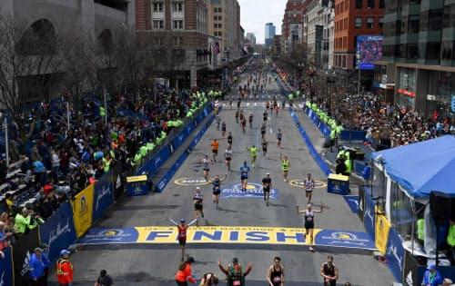 歴史ある市民マラソンで、ファンも多い(19年4月、米マサチューセッツ州ボストン)=ロイター