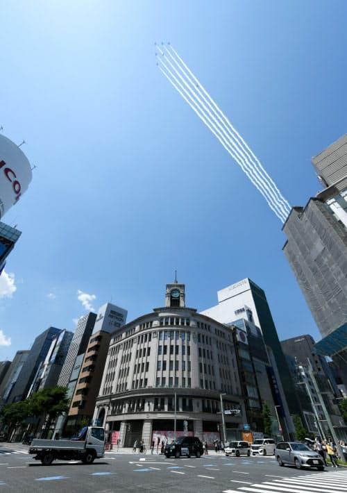 航跡を描きながら東京・銀座の上空を飛行する航空自衛隊のブルーインパルス(29日午後)