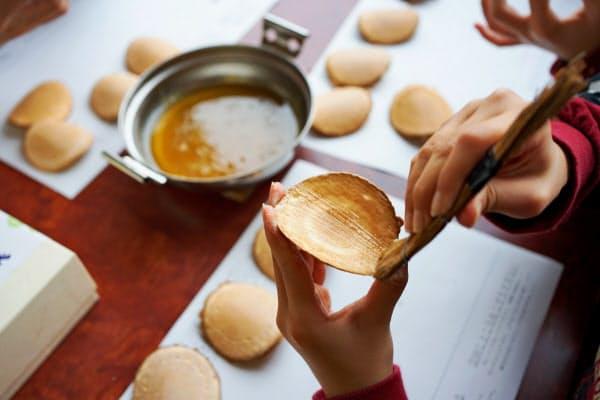 大分県臼杵市の返礼品の臼杵煎餅手塗り製法体験キット