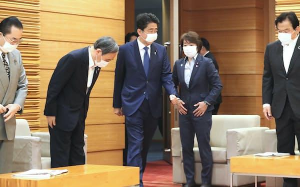 閣議に臨む安倍首相(29日午前、首相官邸)