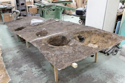 地表面のシリコーンを除去し、展示台を取り付ける前の状態(2019年、京都市にあるスタジオ三十三の作業場)