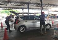 卸売市場内で商品を積み込む関東食糧の従業員(23日、さいたま市)