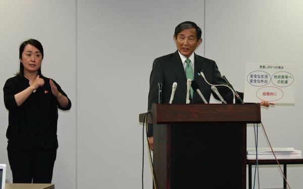 営業自粛要請の全面解除を発表する和歌山県の仁坂吉伸知事(29日、和歌山市)