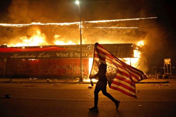 黒人死亡事件に対する抗議活動は暴動につながった(28日、ミネアポリス市)=AP