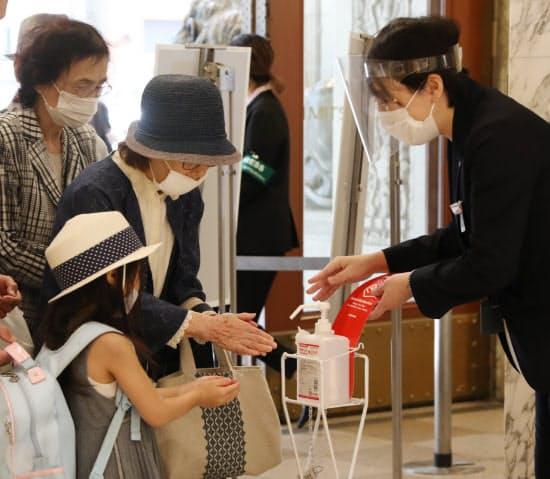 手を消毒して入店(30日、東京都中央区の日本橋三越本店)