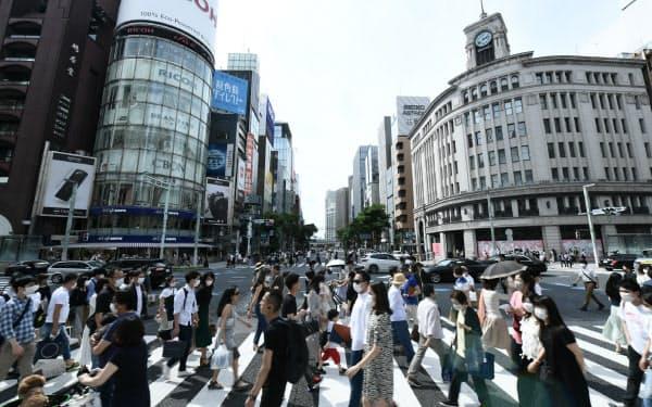 緊急事態宣言が全面解除された初の週末を迎え、銀座の街頭を行き交う人たち(30日、東京都中央区)