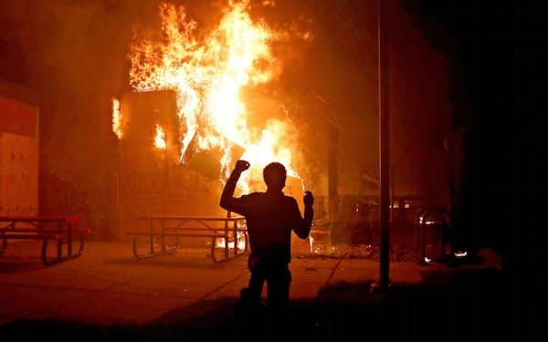 黒人死亡事件が起きた米ミネソタ州ではデモ隊が暴徒化して放火も起きている(29日)=ロイター