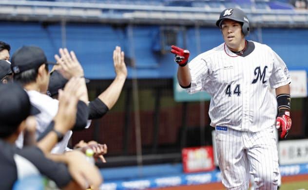 紅白戦で本塁打を放ち、ナインと「エアハイタッチ」するロッテ・井上(30日、ZOZOマリン)=球団提供・共同