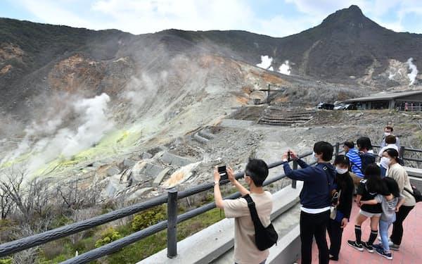 再開した箱根の大涌谷園地を訪れた人たち(30日、神奈川県箱根町)