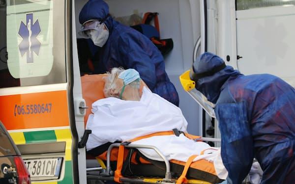 欧州は新型コロナの感染拡大が深刻だった(2日、イタリア・ローマ)=ロイター
