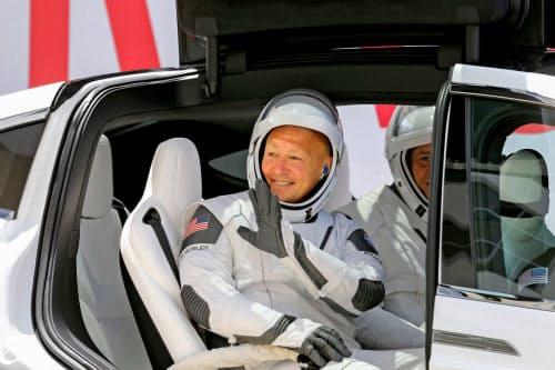 スペースXと同じくイーロン・マスク氏が創業したテスラの車から手を振る宇宙飛行士のダグ・ハーレイ氏(30日)=ロイター