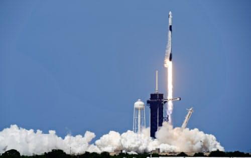 ケネディ宇宙センターから打ち上げられた新型宇宙船「クルードラゴン」=AP