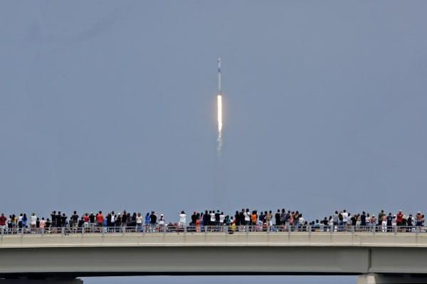 米国では多くの人が新型宇宙船「クルードラゴン」の発射を見守った(30日、フロリダ州)=AP