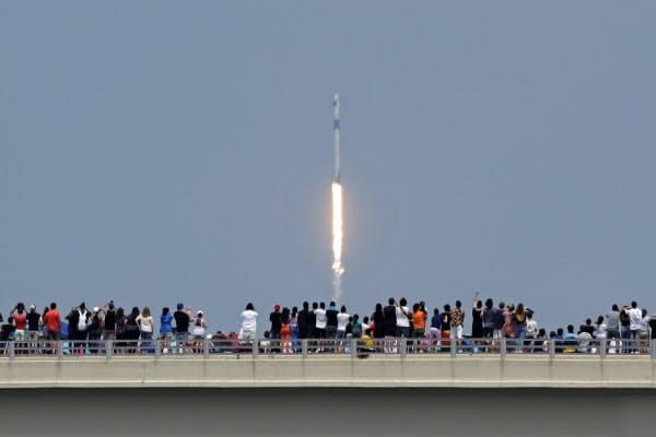 多くの人が見守るなか、上昇する新型宇宙船「クルードラゴン」(30日、フロリダ州)=AP