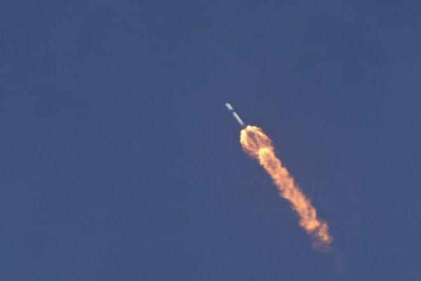 新型宇宙船「クルードラゴン」を搭載し、打ち上げられた「ファルコン9」ロケット(30日)=AP