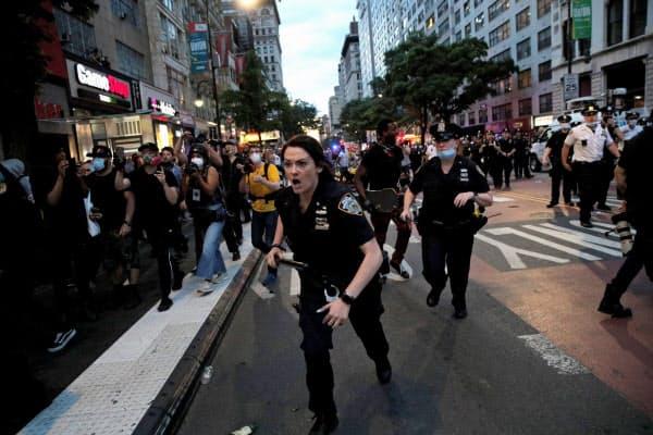 抗議活動が警官隊と衝突するケースも(30日、ニューヨーク市)=ロイター