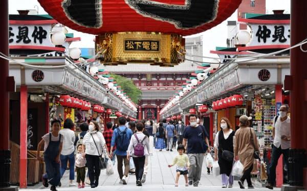 緊急事態宣言が全面解除になり初の日曜日、東京・浅草の仲見世通りを歩く人たち(5月31日、東京都台東区)